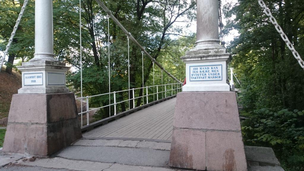 Åmodt bro, Oslo. Tekst på broen: «100 mand kan jeg bære, men svigter under taktfast marsch». Noe å tenke på?