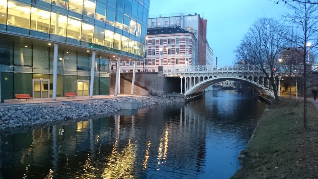 Hausmanns bro over Akerselva, Oslo. I kano under broen, og den gode samtalen?