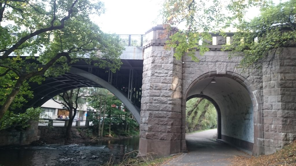 Bro over Akerselva, Oslo. Samler broens form de vandrendes tankegang?