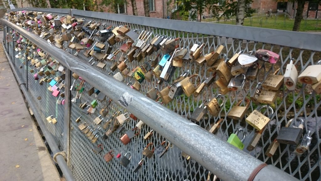 Hengelåser på bro, Oslo. Hva er budskapet?
